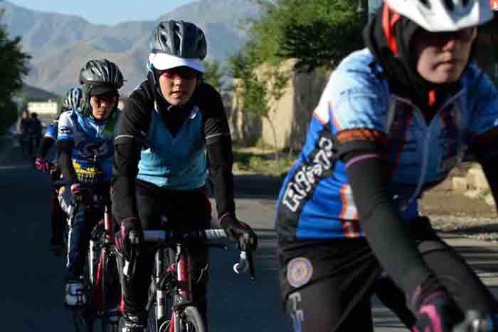 Mujeres ciclistas afganas arriesgan sus vidas por montar en bicicleta.