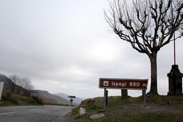 Coronar el alto de Izpegui te sorprenderá. Al otro lado, Francia. foto: qué grande ser ciclista.