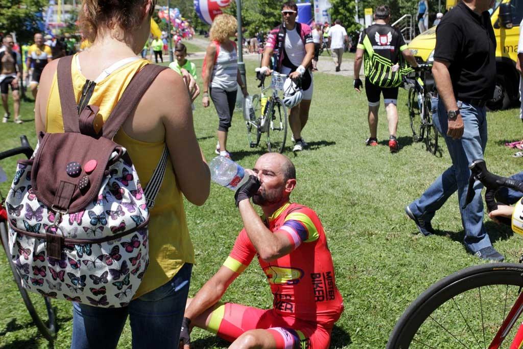 la llegada El vencedor de la QH 2015, hidratándose. foto: qué grande ser ciclista