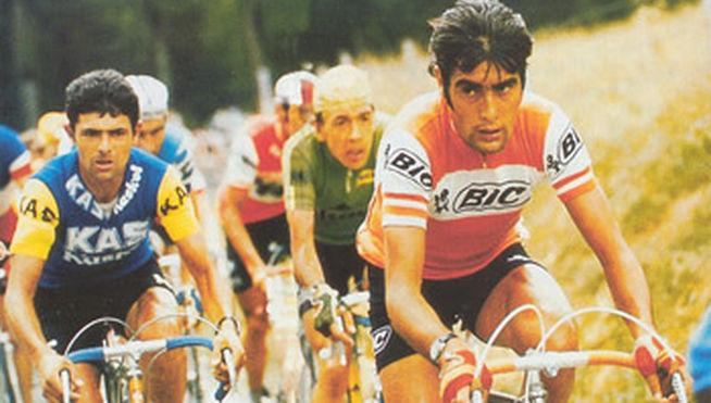 Luis Ocaña, liderando el grupo con su maillot más conocido, el de BIC