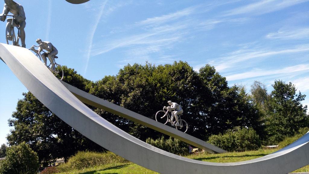 Tourmalet ocho figuras componen el homenaje al Tour y los Pirineos. La novena se encuentra en el Tourmalet. foto: qué grande ser ciclista