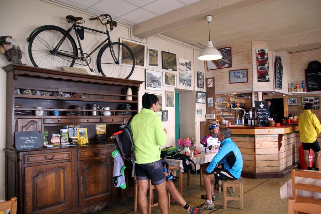 El bar del Tourmalet es auténtico y reconfortante. foto: qué grande ser ciclista