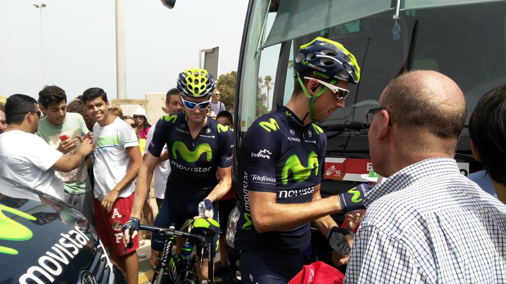 """Vuelta a España La salida es el único momento donde el aficionado puede """"tocar"""" al ciclista foto: qué grande ser ciclista"""