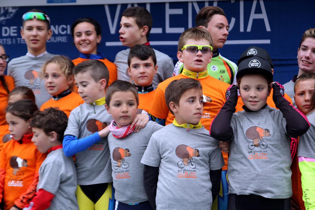 Vuelta a ESpaña Los niños y niñas alegran con su presencia cualquier podium foto: qué grande ser ciclista