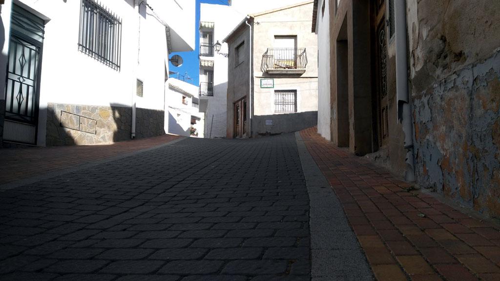 la carretera de tus sueños ciclistas Se inicia cruzando un pequeño pueblo por su interior foto: qué grande ser ciclista